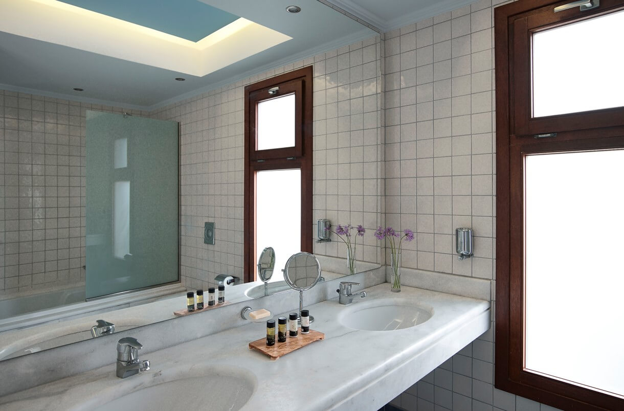 family_room_sea_view_bathroom